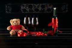 酒瓶和两个葡萄酒杯 图库摄影