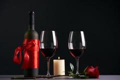 酒瓶和两个葡萄酒杯 库存图片