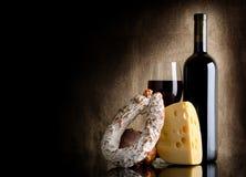 酒瓶和干酪 库存图片