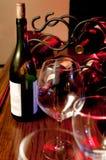 酒瓶和玻璃在酒吧 图库摄影