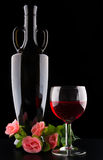 酒瓶和葡萄酒杯在黑背景 库存图片