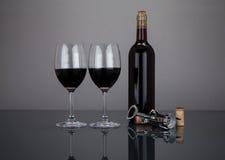 酒瓶和玻璃与corckscrew 免版税库存图片