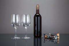酒瓶和玻璃与corckscrew 库存照片
