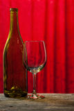 酒瓶和玻璃 库存照片