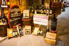 酒瓶在晚上临近小酒吧在Montepulcino -托斯卡纳,意大利 免版税库存照片