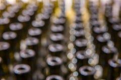 酒瓶提取被弄脏的背景,对酒的葡萄酒酿造过程为装瓶做准备 库存照片