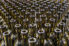 酒瓶背景,对酒的葡萄酒酿造过程为装瓶做准备 免版税图库摄影