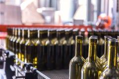 酒瓶背景,对酒的葡萄酒酿造过程为装瓶做准备 图库摄影