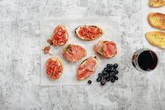 酒的不同的开胃菜用红葡萄酒 库存图片