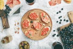 酒的不同的开胃菜用红葡萄酒 库存照片