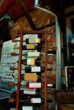 酒的分类在酒机架的 库存图片