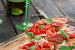 酒的各种各样的意大利开胃菜在木板 免版税图库摄影