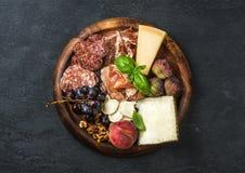 酒的意大利开胃小菜快餐品种在木盘子 免版税图库摄影