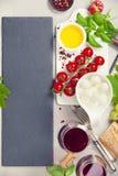 酒的意大利开胃小菜快餐 免版税库存照片
