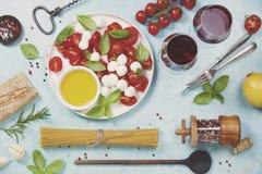 酒的意大利开胃小菜快餐 caprese沙拉 免版税库存照片