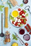 酒的意大利开胃小菜快餐 caprese沙拉 免版税图库摄影