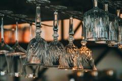 酒的空的玻璃在酒吧上在葡萄酒折磨 免版税库存图片