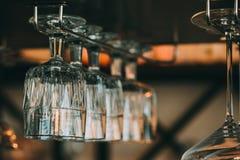 酒的空的玻璃在酒吧上在葡萄酒折磨 免版税库存照片