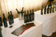 酒的介绍在vinitaly意大利酒和食物的制造者和供应商的企业陈列的 免版税库存照片