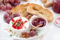 酒的-软制乳酪开胃菜用莓果果酱、多士和果子 免版税库存图片