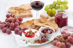 酒的-软制乳酪开胃菜用莓果果酱、多士和果子 免版税库存照片