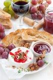酒的-软制乳酪开胃菜用莓果果酱、多士和果子 库存图片