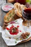 酒的-软制乳酪,莓果果酱,多士可口开胃菜 免版税库存照片