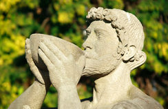 酒神神罗马雕象酒 库存图片
