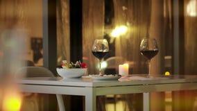 酒站立在桌上的两杯在餐馆 正餐浪漫二 影视素材