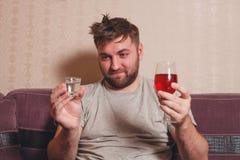 酒精使上瘾的人选择宿酒的饮料 库存照片