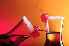 酒精分层了堆积射击鸡尾酒装饰用樱桃和糖 免版税库存图片