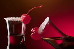 酒精分层了堆积射击鸡尾酒装饰用樱桃和糖 库存照片