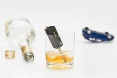 酒精和汽车钥匙 图库摄影