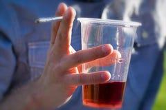 酒精和香烟 免版税库存图片