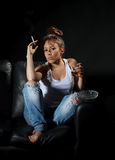酒精喝的妇女抽烟和 免版税库存照片