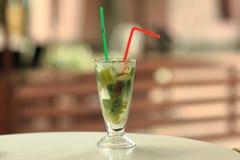 酒精在一张桌上的mojito鸡尾酒在色的背景 (选择聚焦) 免版税库存照片