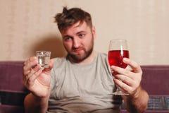 酒精在艰苦喝以后的使上瘾的人 免版税库存图片
