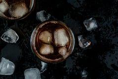 酒精威士忌酒鸡尾酒用可乐和冰 免版税图库摄影