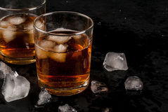 酒精威士忌酒鸡尾酒用可乐和冰 库存图片