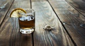 酒精射击饮料用柠檬和盐 免版税图库摄影