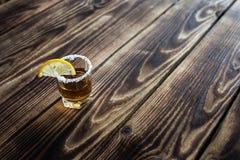 酒精射击饮料用柠檬和盐 免版税库存图片