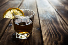 酒精射击饮料用柠檬和盐 免版税库存照片