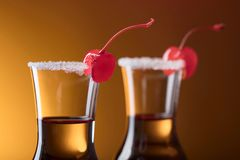 酒精层状射击鸡尾酒装饰用樱桃 图库摄影