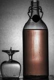 酒精瓶和葡萄酒杯 免版税库存照片