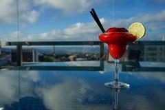 酒精背景玛格丽塔酒草莓白色 免版税库存照片