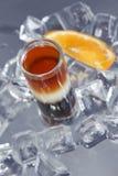 酒精背景鸡尾酒多维数据集冰 免版税库存照片