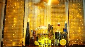 酒精酊的范围在酒吧的在窗口附近的桌上与窗帘和诗歌选 股票录像