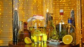 酒精酊的范围在酒吧的在窗口附近的桌上与窗帘和诗歌选 影视素材