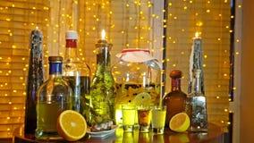 酒精酊的范围在酒吧的在窗口附近的桌上与窗帘和诗歌选 股票视频