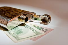 酒精饮料和美元的金属烧瓶特写镜头射击 库存照片